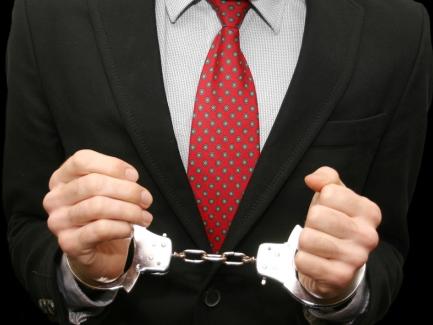 «Конверты» в поле зрения правоохранителей: кому бояться массовых обысков