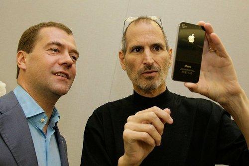 """Джобс подарил Медведеву четвертый """"iPhone"""" (фото)"""