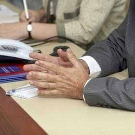 Расходы исполнителя на командировки работников в рамках договора о предоставлении услуг: что с НДС