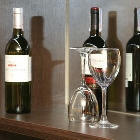 Какие лицензии необходимы производителю (импортеру) алкоголя при поставке продукции оптом и в розницу, а также через собственный магазин
