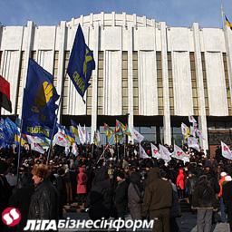 На площі у Києві декілька сотень людей вимагають відставки Азарова