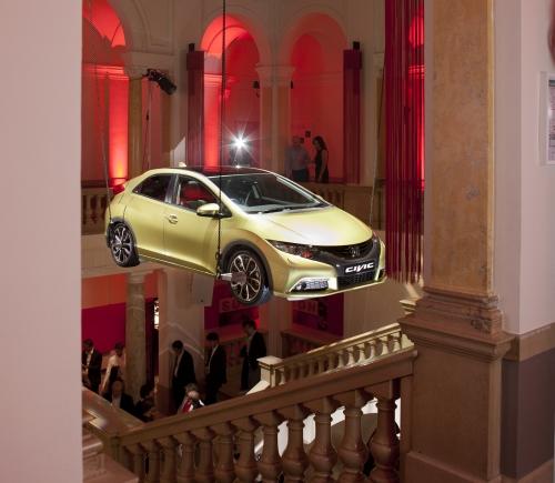 Honda под куполом. Новый Civic во время презентации подвесили к потолку