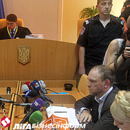 Власенко просить об'єднати всі карні справи Тимошенко в одну